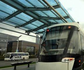 国内首个进站充电有轨电车项目开通试运行
