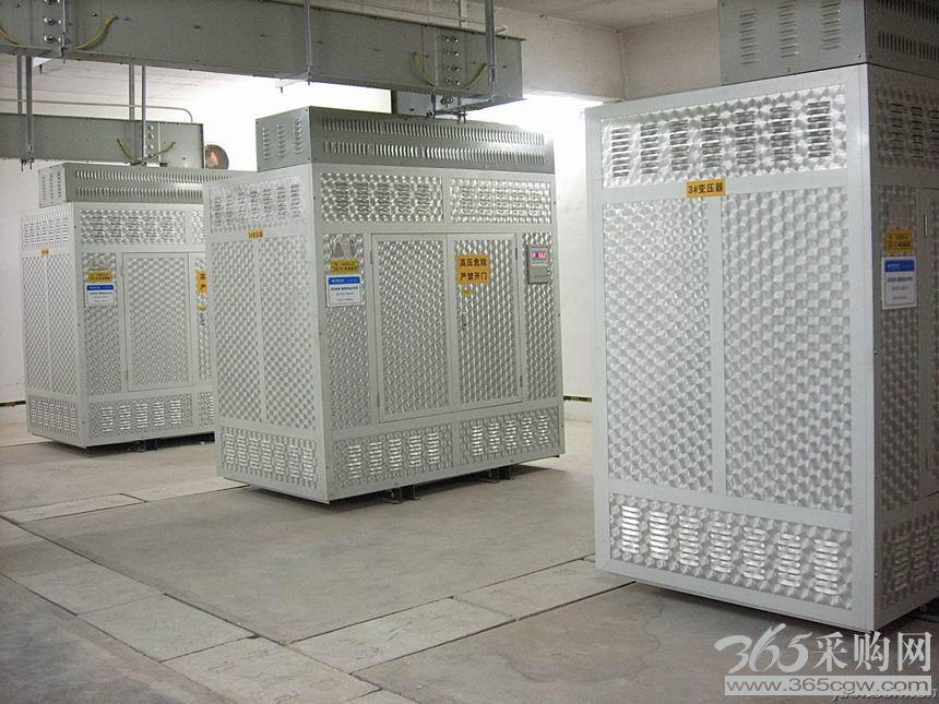 变压器常见于小区的配电站、供电所以及发电厂,其产生的振动噪声主要是由于交变场对铁芯及线圈产生周期性交变作用力引起的振动产生,噪声呈中低频特性,主要以低频为主,由于其也常见位于大厦内,不是独立的建筑,因此其产生的振动噪声对相邻房间的污染也比较严重,同时由于变压器振动噪声属中低频段噪声,此类噪声衰减缓慢,传播距离远,对人们的情绪影响比较大,容易暴躁。变压器振动噪声主要是经基础通过地板、墙体、楼板等结构构件传至相邻房间。 低频噪声容易使人产生暴躁、烦恼、愤怒、不安等情绪,注意力难以集中、工作效率下降;低频噪声