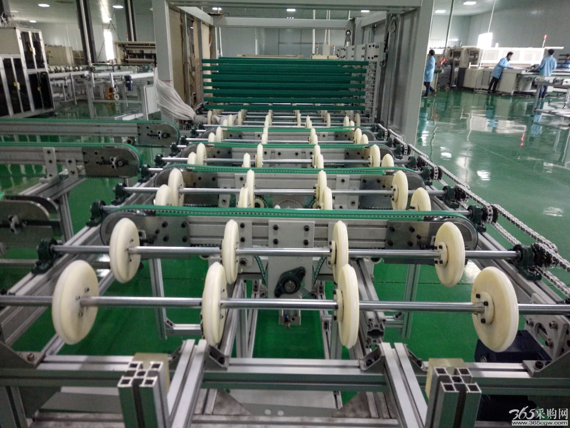 """本生产线依据用户需求,进行""""量身""""设计,由层压前铺设传输线;通过不同机构的传输、转运、变向、定位、旋转/释放实现组件封装过程的流水化操作,可提高单位组件生产效率。 1:(一)电池串铺设机(在线单元设备): 光伏电池串自动铺设系统 自动排版工作流程:    电池板钢化玻璃经人工铺设EVA,由输送带传送到铺设机,并完成钢化玻璃的定位;输送装置将定位好的玻璃送入自动排版系统;排版系统由大型四轴机器人,以及视觉识别系统,光伏电池串检测装置、影像装置、真空吸盘组件等组成,中控系统依据视觉识别"""